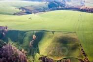 Feld und Wiesenlandschaft in hügliger Gegend