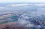 Blick auf eine in wolken versunkene Stadt.
