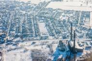 Blick auf eine Häuserlandschaft mit Industriegebiet.