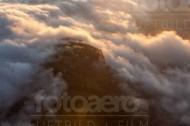 Wolkenmeer umgibt einen Berg