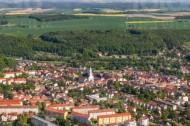 Die Stadt Roßwein nahe großer Felder im Bundesland Sachsen.