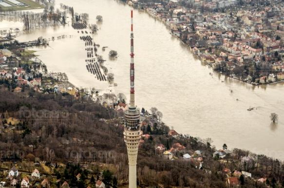 Fernsehturm in Dresden im Bundesland Sachsen bei Elbehochwasser