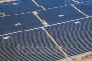 Viele groÃ?e Felder einer Solaranlage.