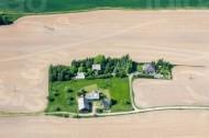 Grundstück inmitten eines Feldes.