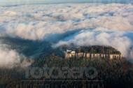Festung Königstein im Wolkenmeer in der Sächsischen Schweiz im Bundesland Sachsen