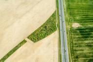 Felder und Waldstück getrennt durch die A4 bei Leppersdorf im Bundesland Sachsen