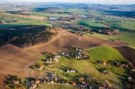 Weiter Blick über Landschaftsebene mit kleinen Ortschaften, Wiesen, Felder und Wälder