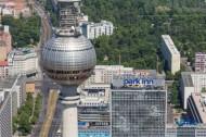 Berliner Fernsehturm und das daneben liegende