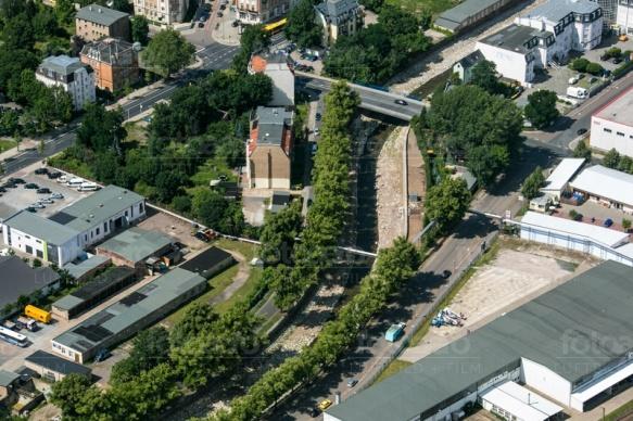 Kreuzung der Tharanter Straße in Dresden bei Sachsen mit Blick auf eine kleine Grünfläche am Straßenrand.