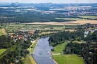 Die Elbe mit dem schönen Pillnitzer Schlo� in Pillnitz bei Dresden in Sachsen.