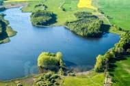 Ein See, Wälder und Felder im Frühling