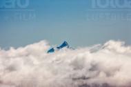 Ein Berggipfel ragt über das Wolkenmeer in der Schweiz