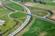 Autobahn mit Abfahrten und Auffahrten.