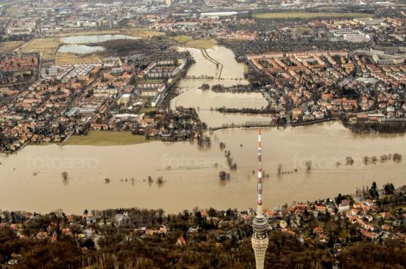 Flutgraben und Fernsehturm bei Dresden im Bundesland Sachsen