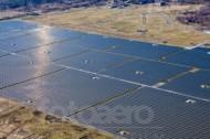 Eine groÃ?e Solaranlage mit vielen kleinen Solarfeldern.