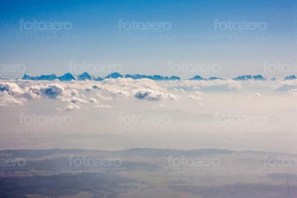 Hochgebirge mit Wolken und nebligem Tal