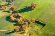 Felderlandschaft, Tümpel und Baumgruppen am Rande einer Ortschaft