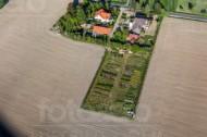 Ein gro�es Feld, welches sich entlang von Gärten und Häusern zieht.