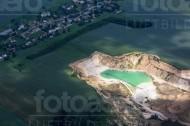 Tagebau an einer Siedlung