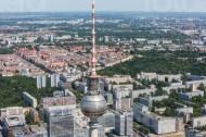 Berliner Fernsehturm mit Panorama - Blick über Berlin.