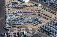 Der Hansahafen mit etlichen Fahrzeugen auf einem groÃ?em Parkplatz.