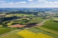 Weiter Blick über Wälder, Felder und kleine Ortschaften