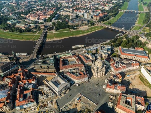 Blick auf die Frauenkirche und das Terrassenufer in Dresden bei Sachsen.