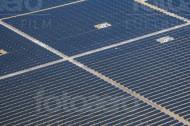 Ein groÃ?es Solarfeld mit vielen kleinen Feldern und Solaranlagen.