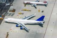 Flugzeug steht am Flughafen abflugbereit.