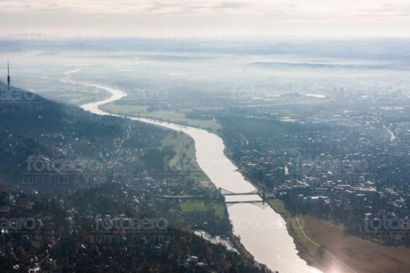 Elbtal mit Blauem Wunder in Dresden im Bundesland Sachsen