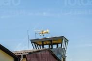 Flugzeug der Airmen Beans fliegt über ein Haus.