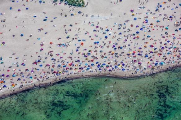 Menschenmassen am Strand im Seebad Warnemünde im Bundesland Mecklenburg-Vorpommern