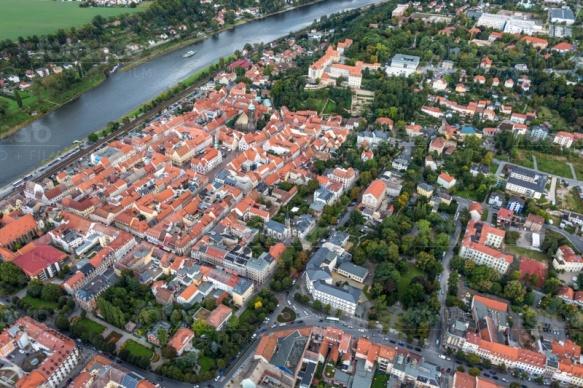 Die historische Altstadt von Pirna in Sachsen mit Blick auf die Elbe.