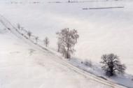 Schneelandschaft mit StraÃ?e und Feldern