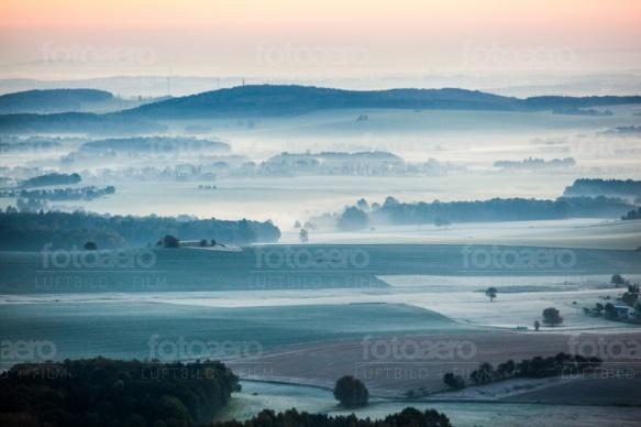 Wiesen, Felder und Wälder am Morgen
