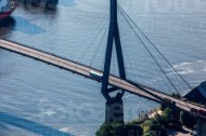Die Brücke Richtung Elbtunnel in Hamburg erstrahlt in der Morgensonne.