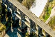 Eine Brücke welche über einen Fluss führt.