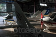 Eine Flugzeughalle mit abgestellten Flugzeugen.