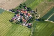 Ein Dorf umringt von Feldern