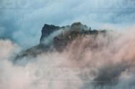 Berggipfel von Wolkenmeer umgeben