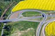 Ein groÃ?es Rapsfeld grenzt an eine Autobahn.