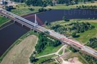 Eine Brücke im Bau, welche über ein Gewässer führt.