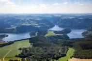 Wiesen, Felder und Wälderlandschaft mit einem See