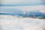 Ortschaft durch eine Wolkendecke