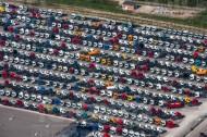 LKW Parkplatz mit vielen LKWs.