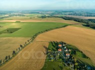 Eine Felderlandschaft im Spätherbst.