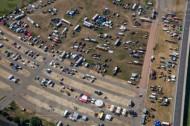 Ansammlung von vielen Autos auf einem groÃ?en Platz.