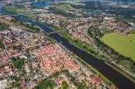Die Elbe fließt entlang der schönen Altstadt Pirna und seinen umliegenden Städten.