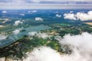 Ã?ber den Wolken mit dem Blick auf ein See und Waldlandschaft