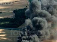 Dunkle Rauchschwaden bei einem Reifenfeuer in Eiserode im Bundesland Sachsen
